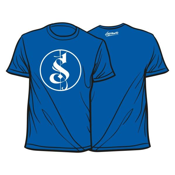 Blaues Shirt mit weißem Logo.
